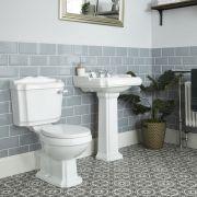 Set Bagno Completo di Lavabo su Colonna in Stile Tradizionale Predisposto per Rubinetteria a 3 Fori, Completo di Sanitario e Cassetta in Ceramica Bianca e Copriwater - Oxford
